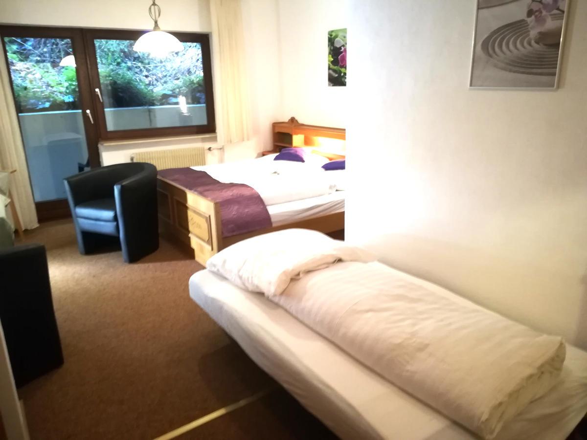 vintage-hotel-hoferer_dreibettzimmer_tripleroom_TV-1.jpg